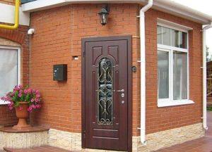 Какие двери для коттеджа станут надежной защитой