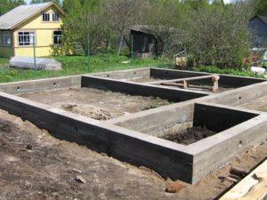 Найдены способы заливки фундамента:бетономешалка