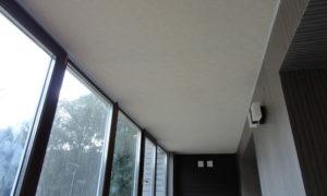 Как внедрить натяжной потолок на балкон?