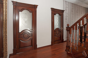 Особенности межкомнатных дверей из массива. Актуальность и современность