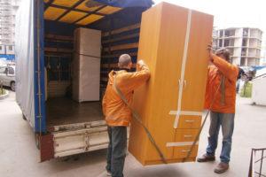 Использование грузчиков для перевозки мебели