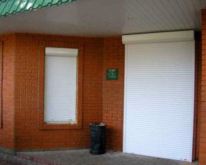 Современная защита дверного и оконного проема с рольставнями