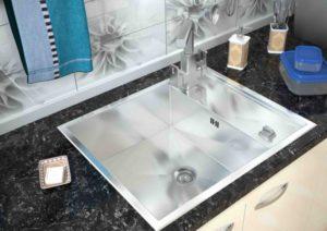 На какие параметры обратить внимание при выборе кухонной мойки