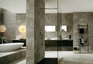 Стильное решение для ванной: душевая из стекла