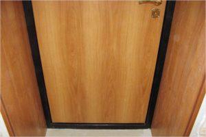 Металлические двери с отделкой ламинатом — недорого и практично