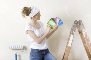 Как покрасить потолок и стены самостоятельно дома?