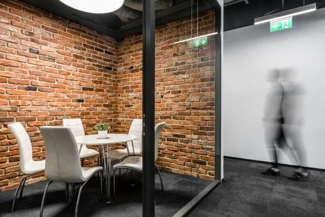 кирпичная стена в офисе