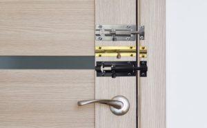Дверные задвижки — как обезопасить помещение от нежелательного проникновения